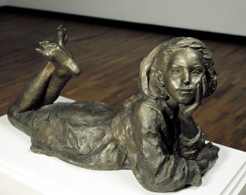 Лежащая девочка