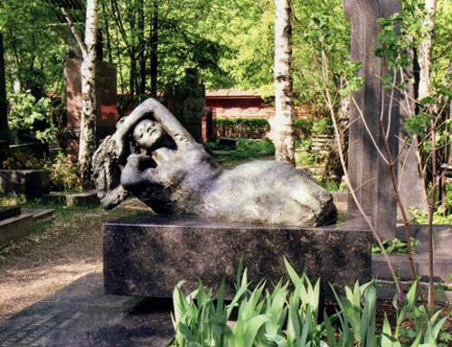 Памятник на могиле Белашовой на Новодевечьем кладбище, выполненный по ее проекту