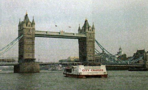 Катер, проплывающий под мостом