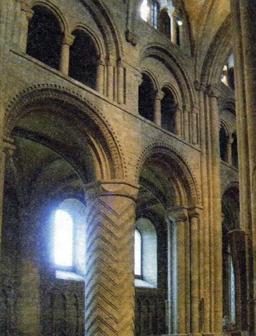 Романские колонны и готический свод нефа